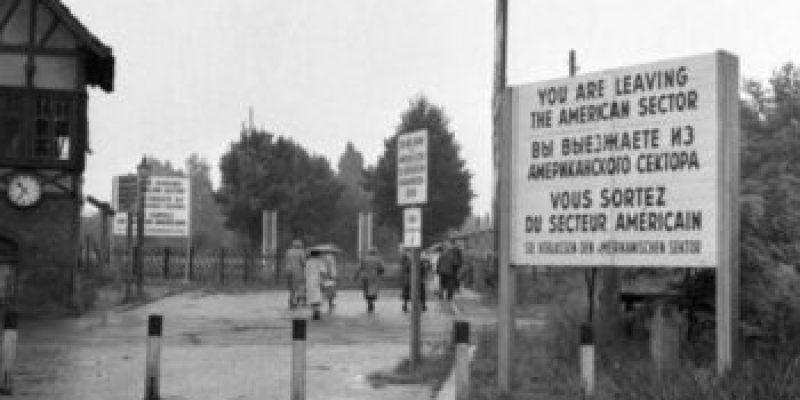 Bundesarchiv_B_145_Bild-F003014-0002,_Berlin,_Zonengrenze,_Grenzübergang